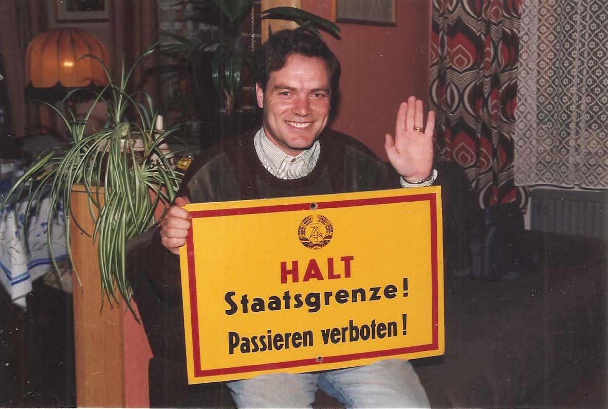periodistamigueldelgado posandoparalaprensadegoslar conel letrero retirado delafrontera entre las dos alemanias